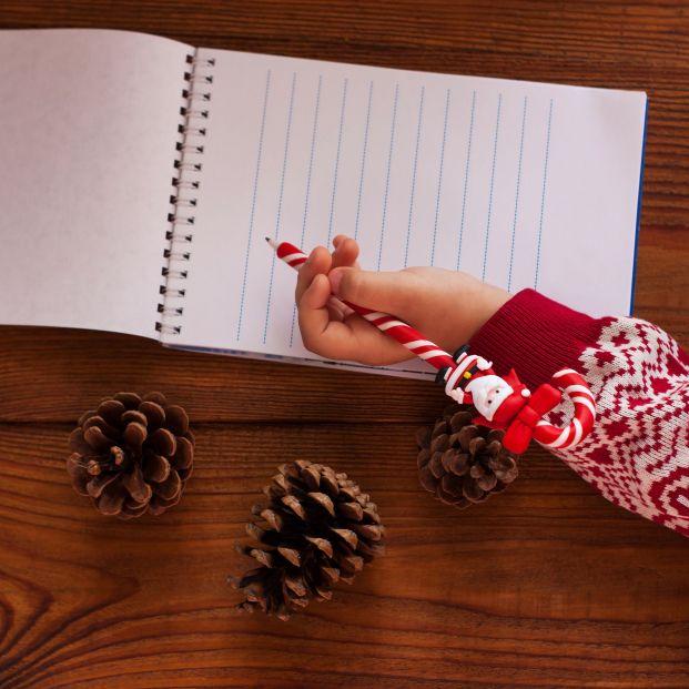 Niños valencianos escriben cartas navideñas a mayores que viven en residencias