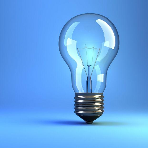 ¿Cómo puedes ayudar las bombillas inteligentes a las personas mayores? (big stock)