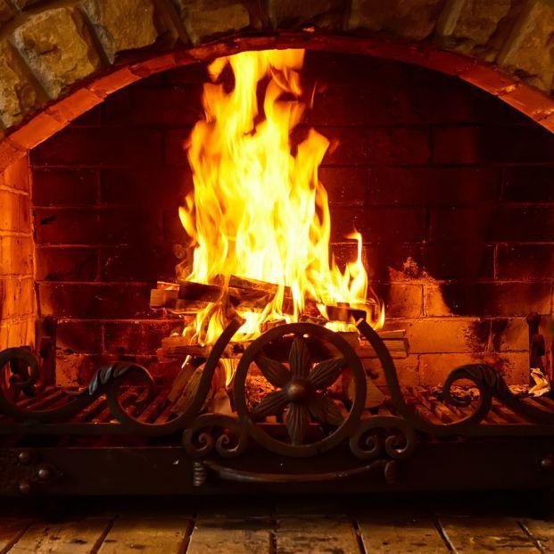 Cómo encender la chimenea sin que se te llene la casa de humo