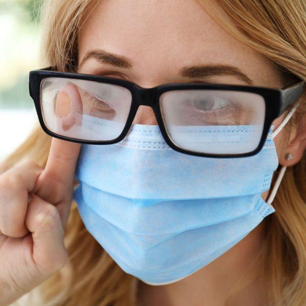 Expertos alertan del peligro de llevar las gafas empañadas de vaho por la mascarilla
