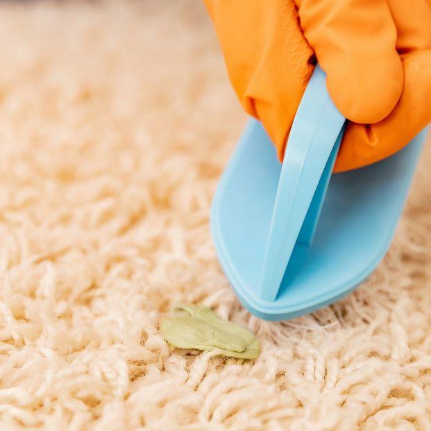 Cómo quitar un chicle de la suela del zapato o de tu alfombra