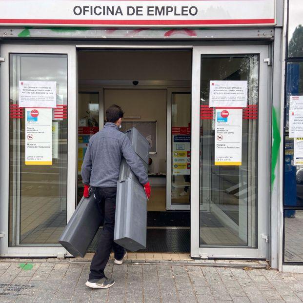 Hombre entrando a oficina de empleo