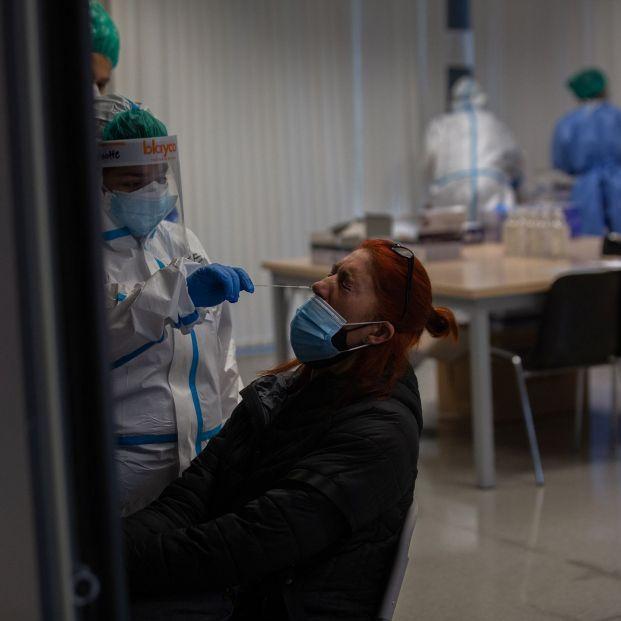 A codazos en Mazaricos para hacerse las PCR gratuitas contra el coronavirus