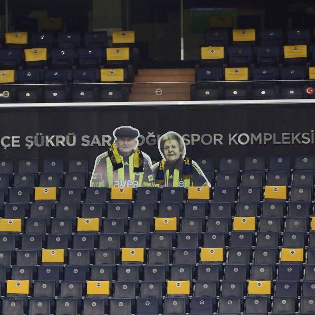 El emotivo homenaje del Fenerbahçe turco a una pareja mayor que no se perdía ni un partido