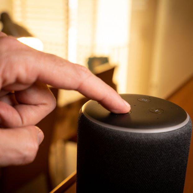 Asistentes de voz, un aliado en la Inclusión financiera de los mayores (Foto Bigstock)
