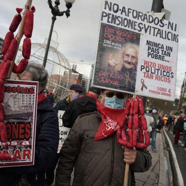 Pensionistas se manifiestan en Bilbao en contra de recortes y cierres de residencias