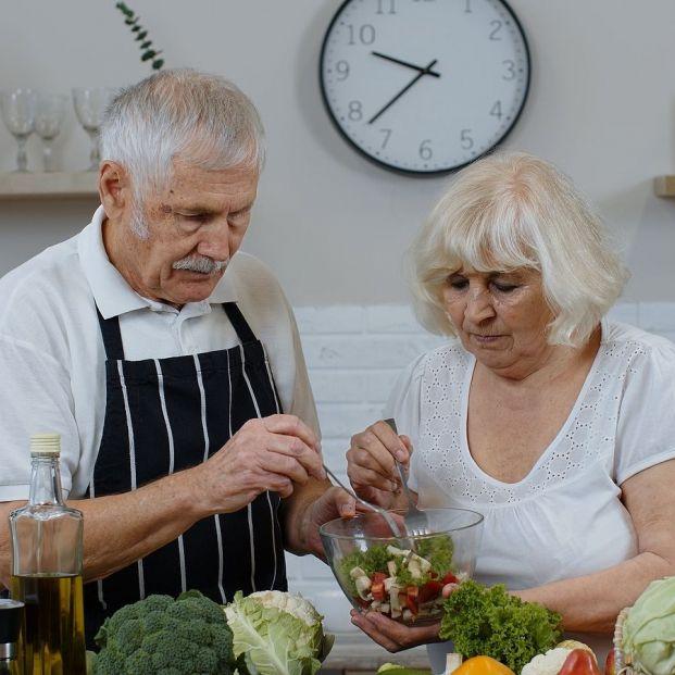 Cinco cambios en la alimentación que deberían hacer los mayores (Foto Bigstock)