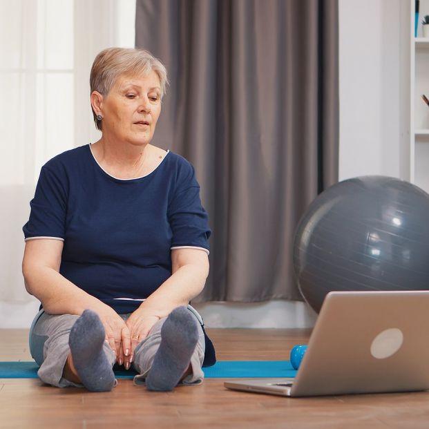 Estos 5 ejercicios mejoran la flexibilidad de los mayores (Foto Bigstock)