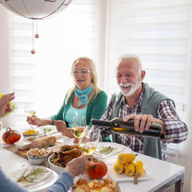 Te enseñamos cómo servir el vino y los platos, según el protocolo