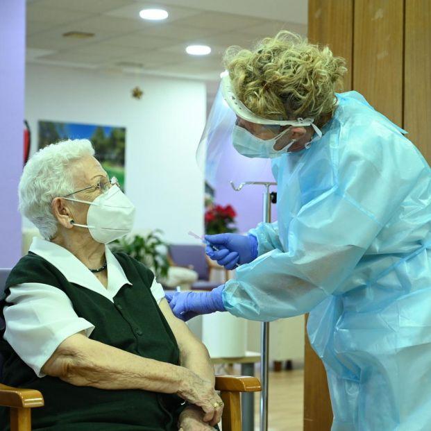 Araceli, de 96 años, primera vacunada contra el coronavirus en España