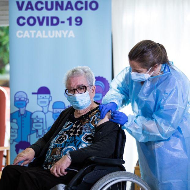 Las residencias catalanas avisan de que la vacunación contra el coronavirus lleva 15 días de retraso