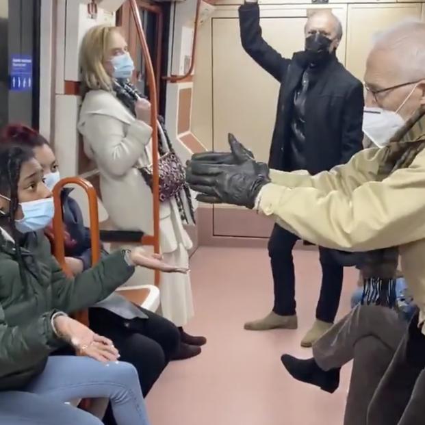 """VÍDEO: Pelea en el metro de Madrid por el coronavirus: """"¡Tápese la nariz coño!"""""""