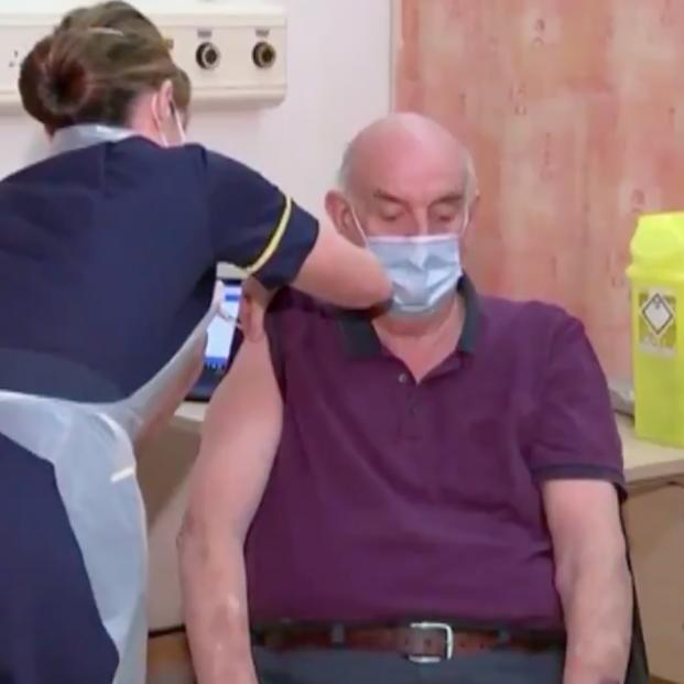 Un paciente de diálisis de 82 años, la primera persona del mundo en recibir la vacuna de Oxford