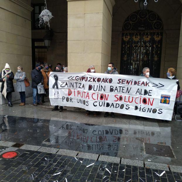 Familiares de residentes se concentran una semana más frente a la Diputación de Guipúzcoa