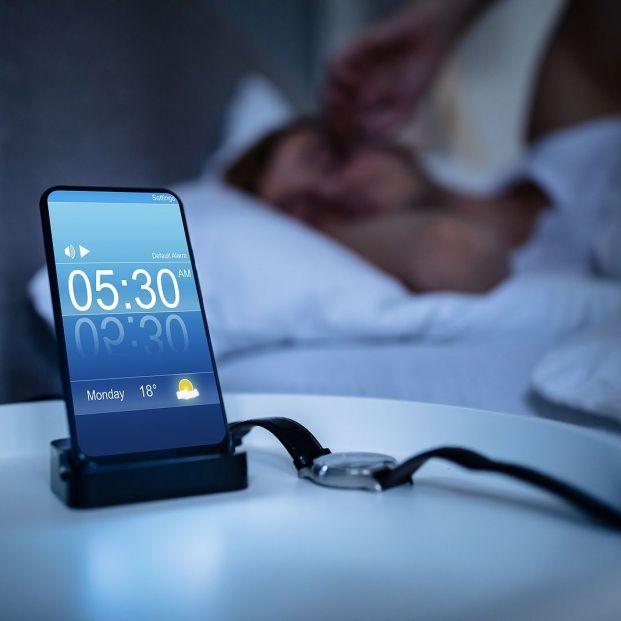 Esto es lo que pasa si tienes la costumbre de dejar el móvil en la mesilla de noche