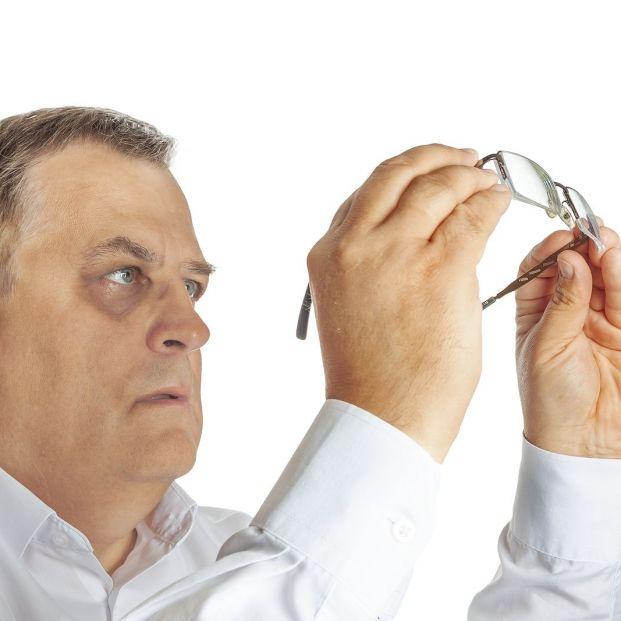 Este truco elimina los rayones de las gafas con un producto que usas a diario