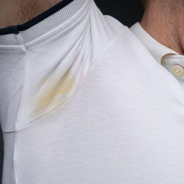 Sal o bicarbonato, dos remedios contra los restos de desodorante de la ropa Foto: bigstock