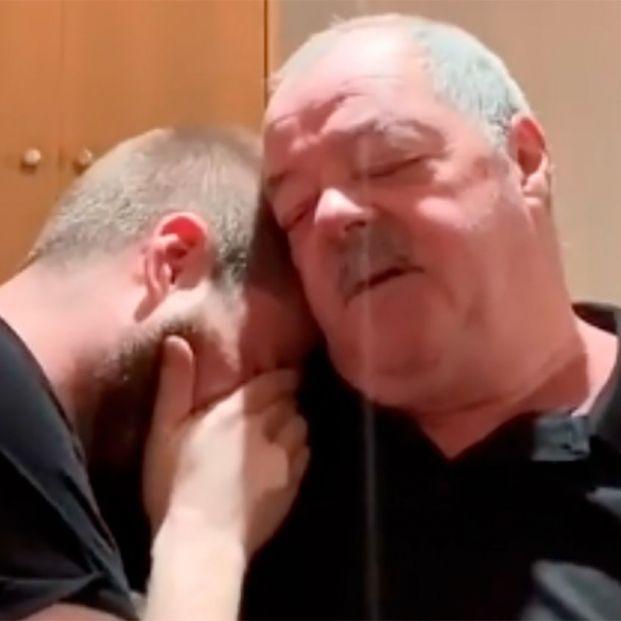 La emotiva reacción del padre de un 'youtuber' cuando se entera de que le ha pagado la hipoteca