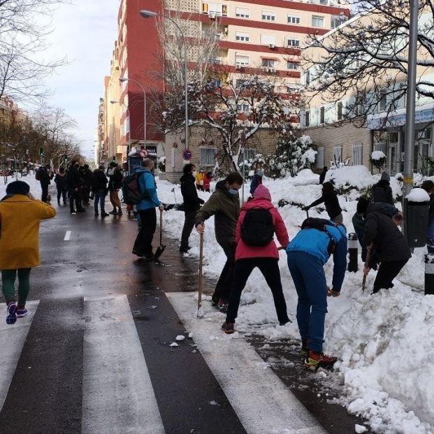 La solidaridad vecinal hace frente a Filomena con batidas de limpieza o transportando a hospitales