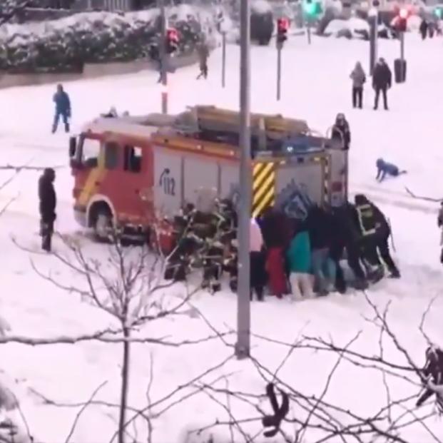 VÍDEO: Un grupo de ciudadanos rescata un camión de bomberos atrapado en la nieve