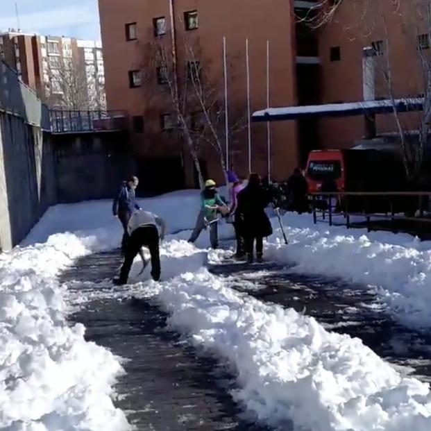 """Las residencias, en alerta por la ola de frío: """"Los propios residentes están quitando la nieve"""""""