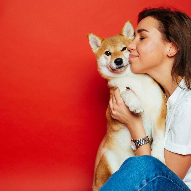 ¿Coges a tu perro en brazos por la calle? Debes evitarlo. Foto:bigtock