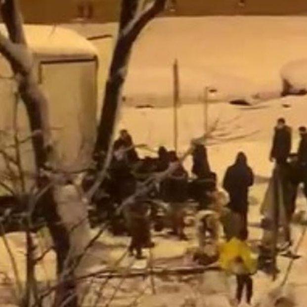 VÍDEO: Una multitud saquea un camión de mercancías atrapado por la nieve en la M-30