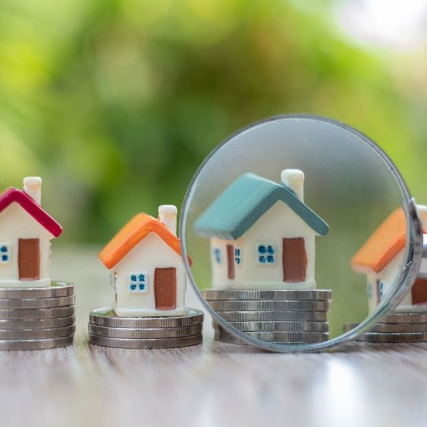 Si eres jubilado o pensionista tu ayuntamiento podría ayudarte a pagar el IBI. Foto: bigstock