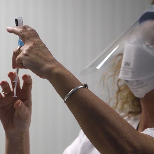 Los enfermeros piden vacunar las 24 horas durante todos los días de la semana