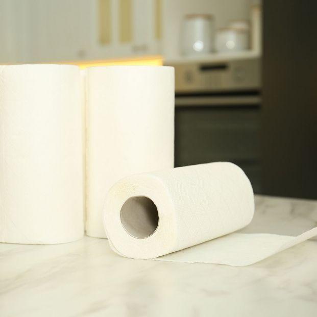 Usos del papel de cocina que desconocías: para limpia persianas o grifos