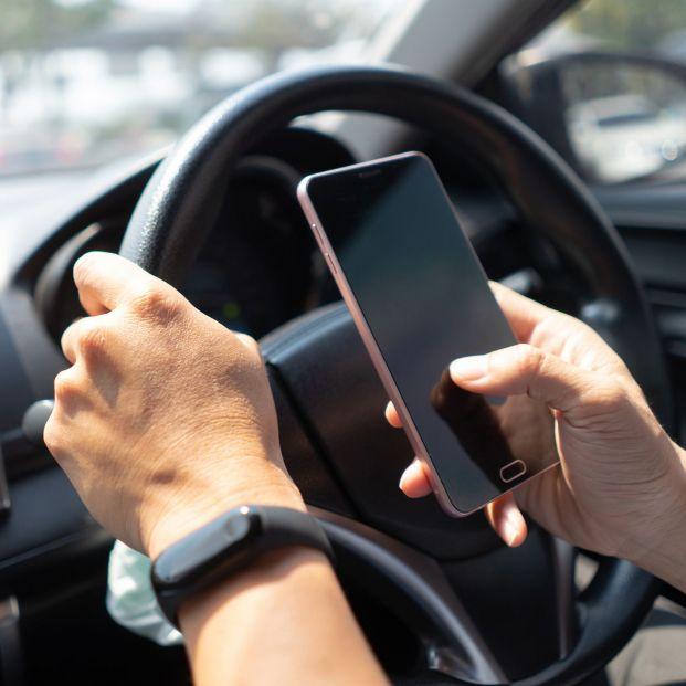 Usar el móvil en un semáforo en rojo: ¿pueden mutarnos o es legal?