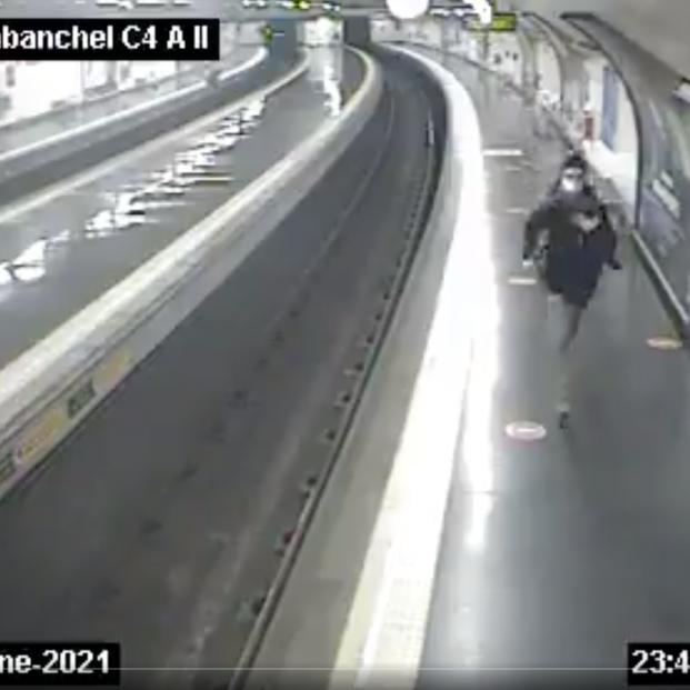 Milagroso rescate: un policía salva a un joven metro Madrid