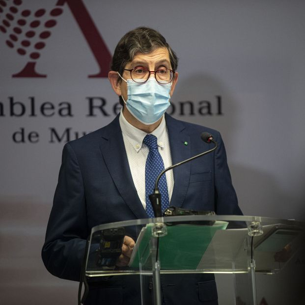 El consejero de Salud de Murcia presenta su renuncia tras su polémica vacunación