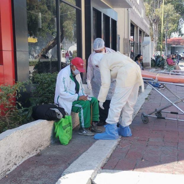 Familiares abandonan en la calle a un hombre mayor por tener síntomas de coronavirus