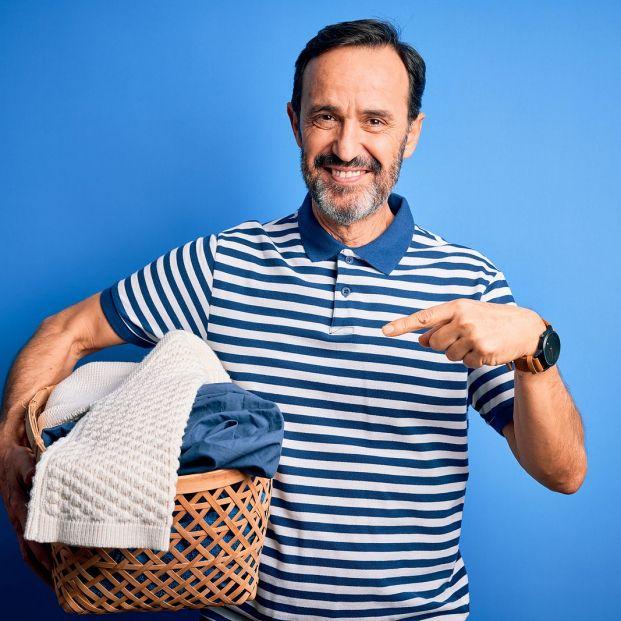 Consejos de la OCU para quitar las manchas más resistentes de la ropa