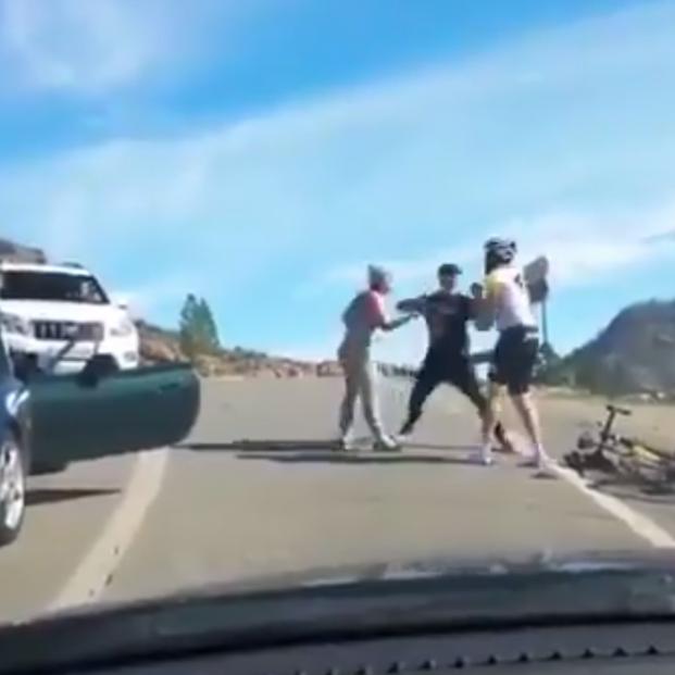 """VÍDEO - Brutal agresión a un ciclista en una discusión de tráfico: """"¡Lo va a matar, lo va a matar!"""""""