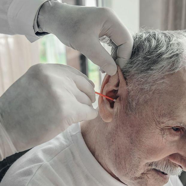 ¿Por qué se forman y cómo quitar los tapones de cera en el oído?