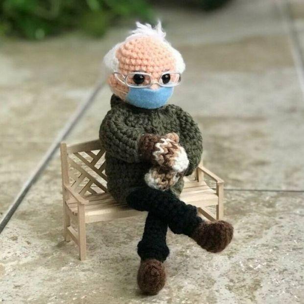 Un muñeco basado en la imagen viral de Bernie Sanders recauda más de 40.000 dólares para los mayores