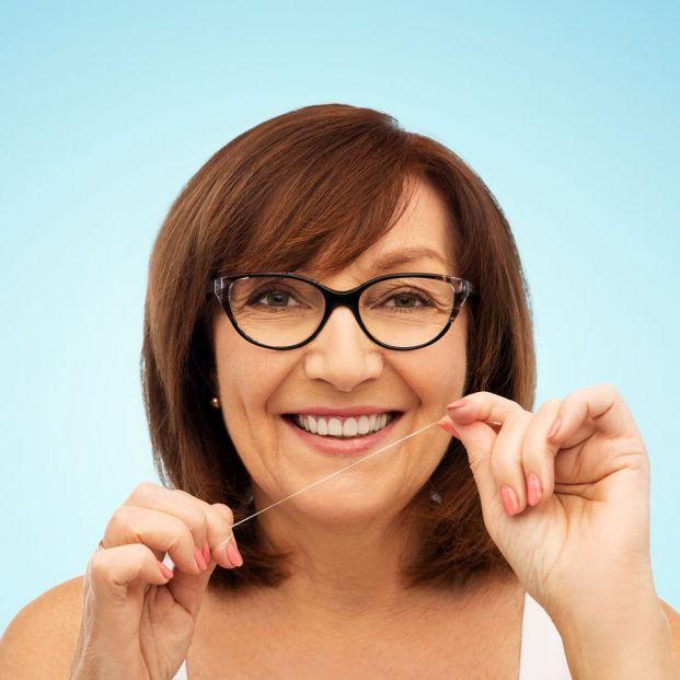 Cómo se usa el hilo dental para conseguir una limpieza eficaz (Bigsctok)