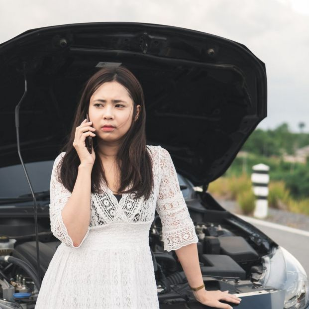 ¿Cómo puedo configurar un contacto de emergencia en mi teléfono móvil? (big stock)