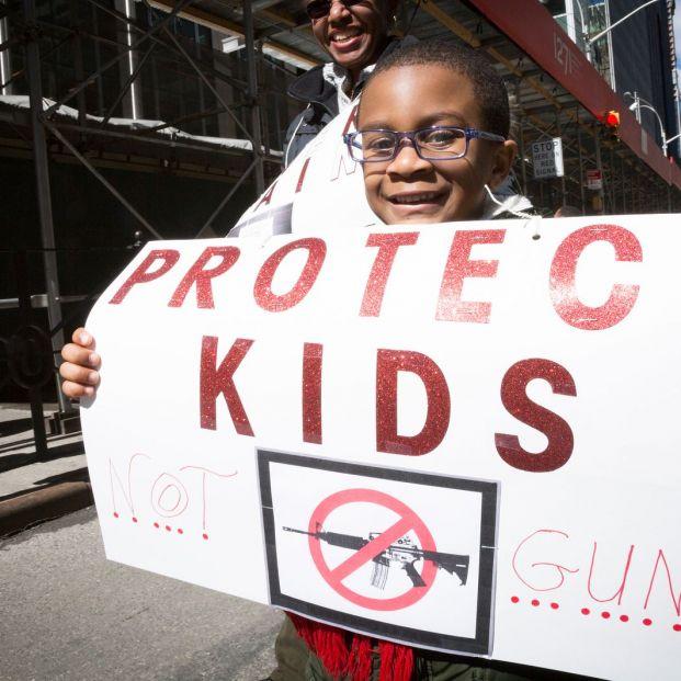 Protesta en marzo de 2018 en Nueva York a favor de limitar el derecho de uso de armas de fuego de los estadounidenses (BigStock)