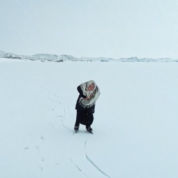 La abuela rusa de 79 años que recorre cada día el helado lago Baikal patinando