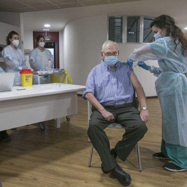 España descarta administrar la vacuna de AstraZeneca a los mayores de 80 años