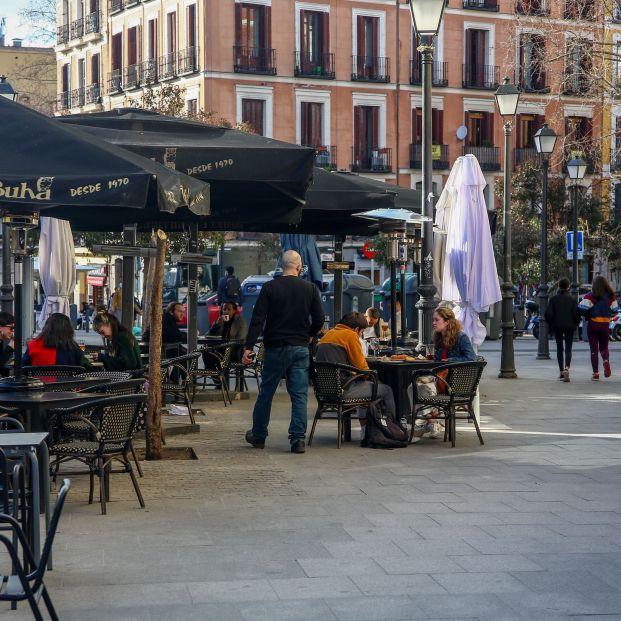 Madrid amplía desde hoy de 4 a 6 los grupos en terrazas y obliga a usar mascarillas en la hostelería