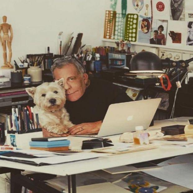 El diseñador gráfico Juan Gatti posa en su estudio con su mascota (https://www.instagram.com/gattimania/?hl=es)