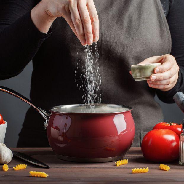 Mujer cocina con sodio y potasio (bigstock)