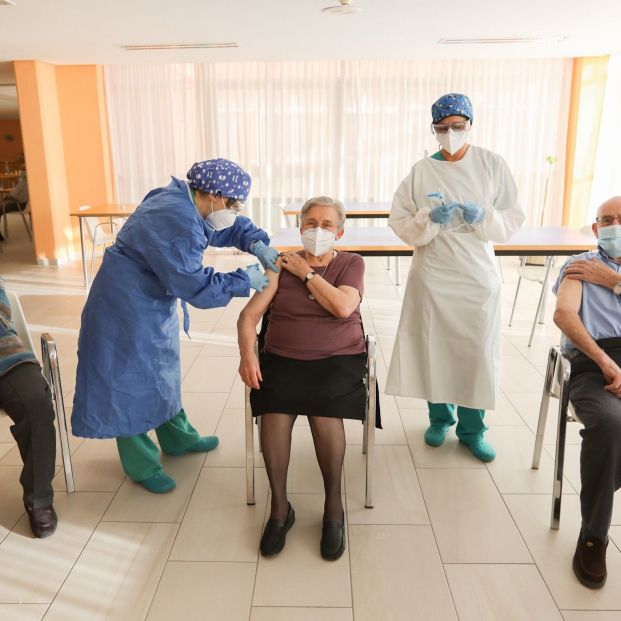 EuropaPress 3544696 inoculacion segunda dosis personas mayores residencia javalambre teruel (1)