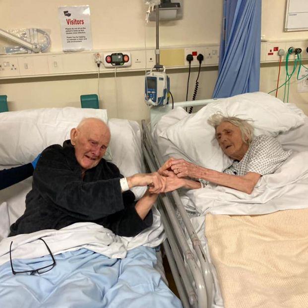 La foto viral de una pareja de ancianos despidiéndose antes de morir por coronavirus