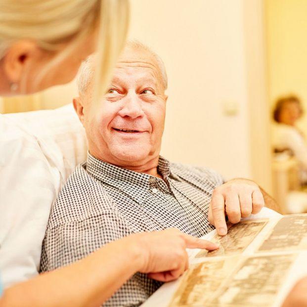 Una nueva investigación con luces y sonidos arroja esperanzas para tratar el alzhéimer (Bigstock)