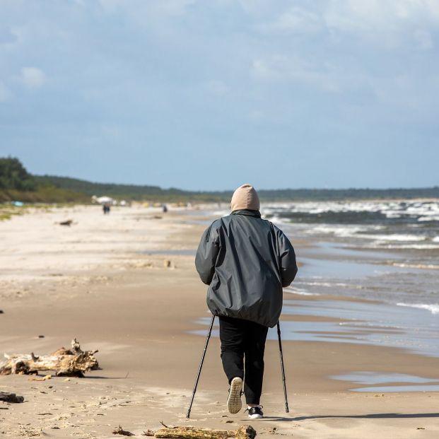 Personas mayor caminando por la playa